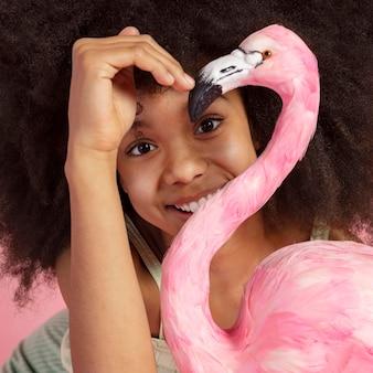 Portret młodej dziewczyny urocze pozowanie z zabawka flaming