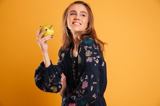 Portret młodej dziewczyny uśmiechający się ubrany w letnią sukienkę