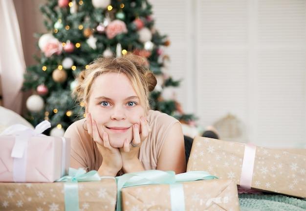 Portret młodej dziewczyny w wakacje nowy rok w domu.