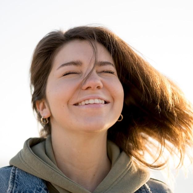 Portret młodej dziewczyny z brązowymi włosami