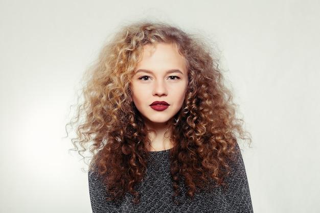 Portret młodej dziewczyny z kręconymi włosami