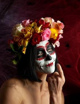 Portret młodej dziewczyny z makijażem na zdjęciu katrina na święto dnia zmarłych.