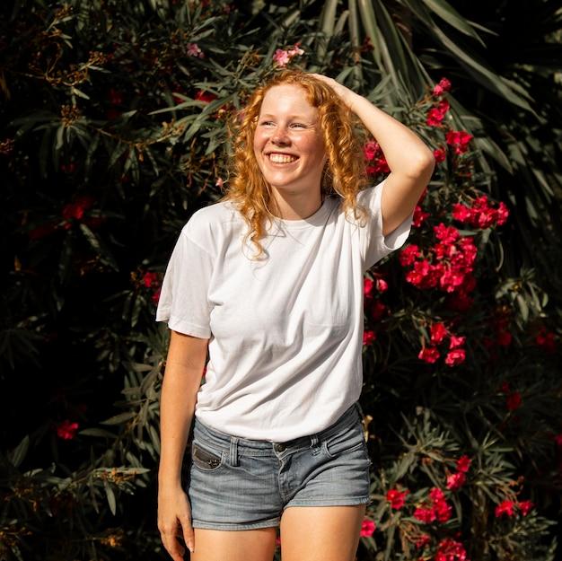 Portret młodej dziewczyny z uśmiechem