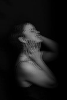 Portret młodej dziewczyny z zaburzeniami psychicznymi