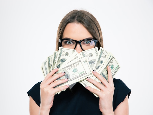 Portret młodej dziewczyny zakrywającej twarz rachunkami lalek na białym tle