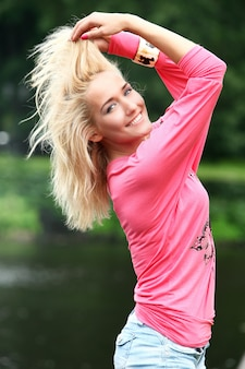 Portret młodej i pięknej blondynki