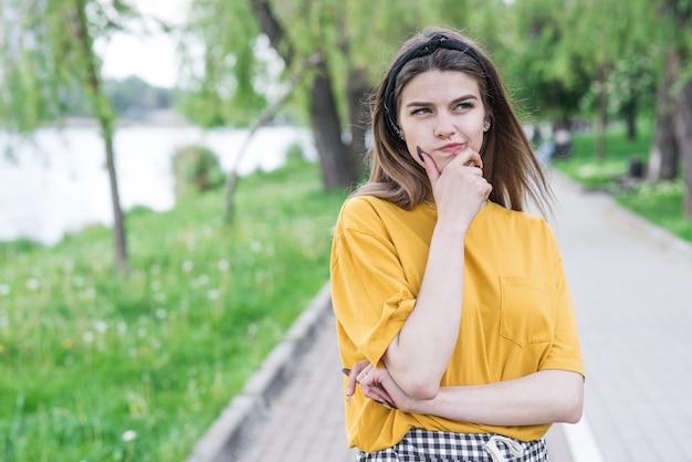Portret młodej i pięknej kaukaskiej dziewczyny, która myśli