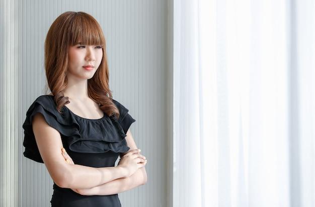 Portret młodej i słodkiej brunetki azjatyckiej dziewczyny nastolatka pozuje ze wspaniałą i pozytywną pewnością siebie.