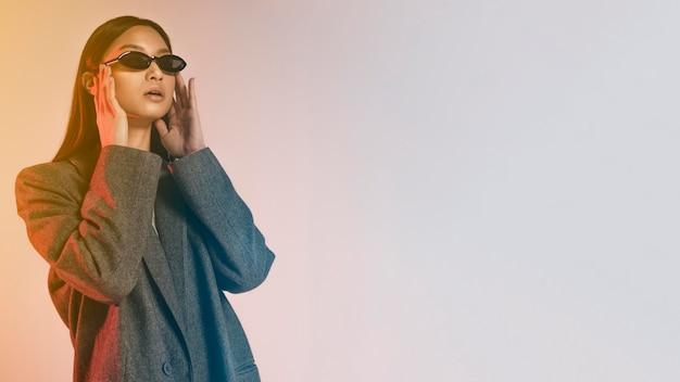 Portret młodej japońskiej kobiety noszenie okularów przeciwsłonecznych