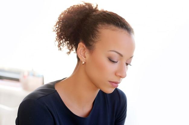 Portret młodej kobiety afroamerykanów