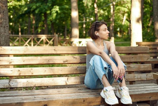 Portret młodej kobiety amerykańskiej słuchania muzyki w telefonie