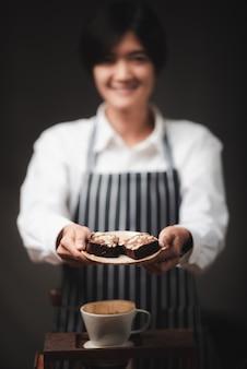 Portret młodej kobiety azjatycki barista, koncepcja pracownika kawiarni kawy