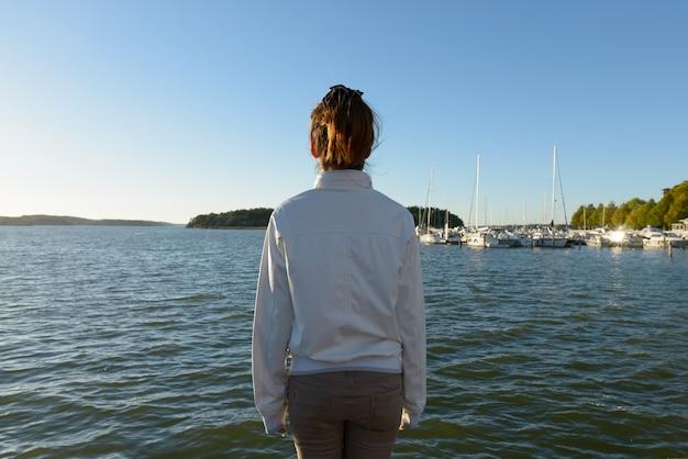 Portret młodej kobiety azji przeciwko pięknej scenerii na molo na zewnątrz