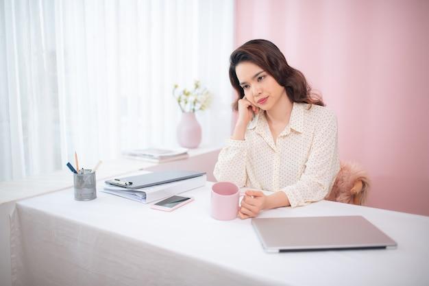 Portret młodej kobiety biznesu azjatyckich uczucie zmęczenia w swoim biurze.
