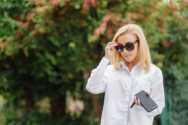 Portret młodej kobiety biznesu blondynka uśmiecha się