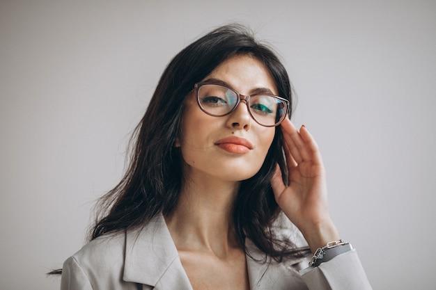 Portret młodej kobiety biznesu w biurze