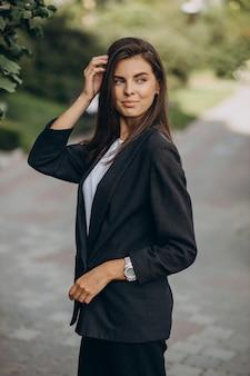 Portret młodej kobiety biznesu w parku