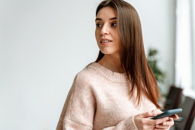 Portret młodej kobiety biznesu z wiszącą ozdobą