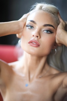 Portret młodej kobiety blondynka z opaloną skórą