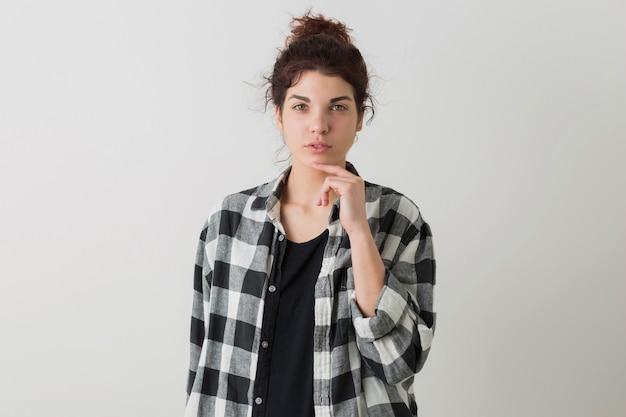 Portret młodej kobiety całkiem stylowe, myślenie, zamyślony wyraz twarzy, na białym tle na białym tle, koszula w kratkę, styl hipster, nowoczesna młodzież, student