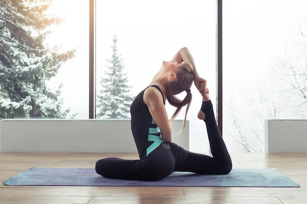Portret młodej kobiety ćwiczącej jogę w pomieszczeniu