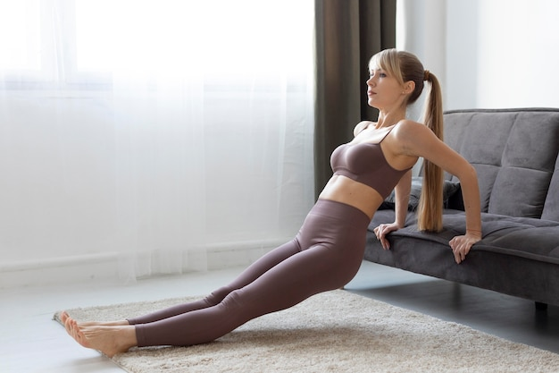 Portret młodej kobiety ćwiczeń w domu