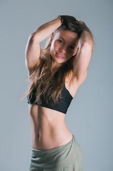 Portret młodej kobiety fitness slim fitness i koncepcji zdrowego stylu życia