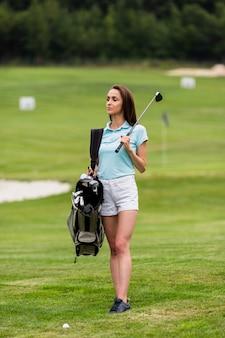 Portret młodej kobiety golfisty