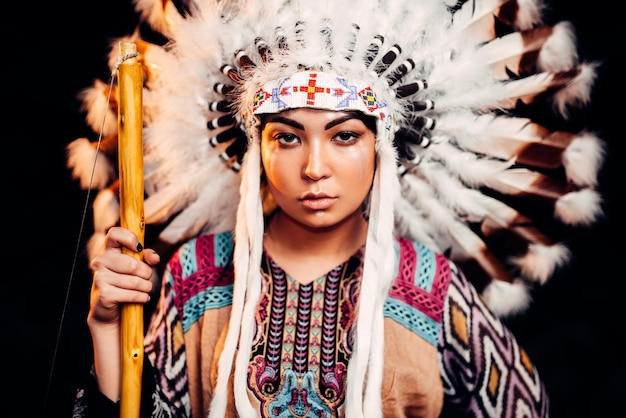Portret młodej kobiety indian amerykańskich na zachód słońca