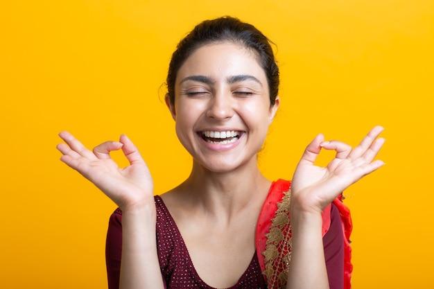 Portret młodej kobiety indyjskiej w sari medytacji zen jak z ok znak mudra gest. koncepcja zdrowia jogi i umysłu.