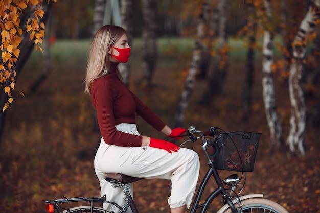 Portret młodej kobiety, jazda na rowerze