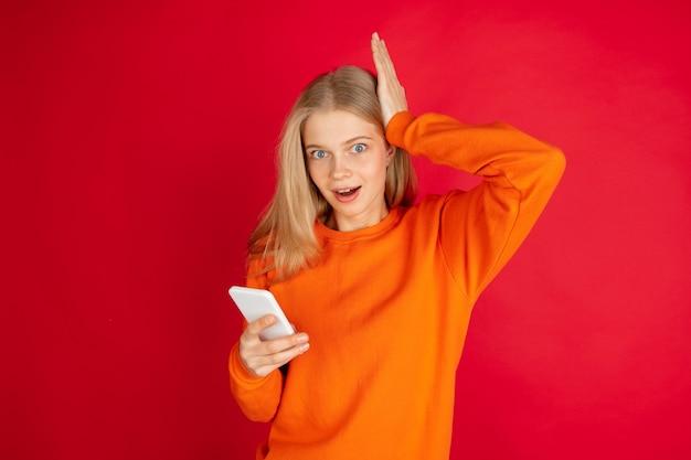 Portret młodej kobiety kaukaska odizolowane z copyspace