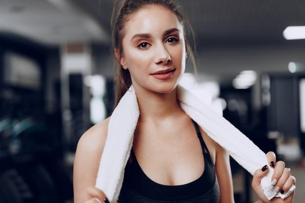 Portret młodej kobiety kaukaski sportowy szkolenia w klubie fitness