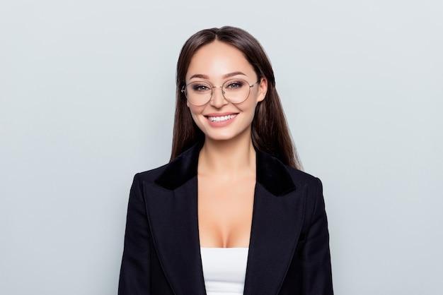 Portret młodej kobiety kaukaski wspaniałe ładne stylowe w czarnej kurtce