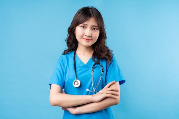 Portret młodej kobiety lekarz uśmiecha się szczęśliwie
