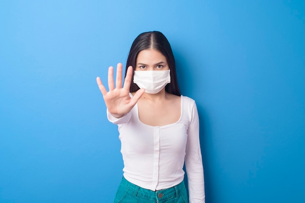 Portret młodej kobiety ma na sobie maskę