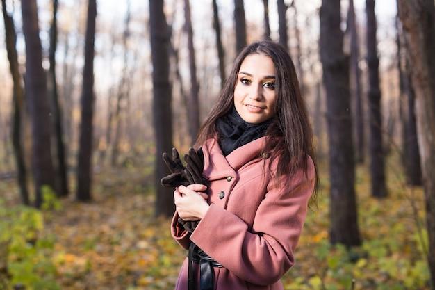 Portret młodej kobiety mody odkryty na jesieni