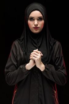 Portret młodej kobiety muzułmańskiej w tradycyjne stroje