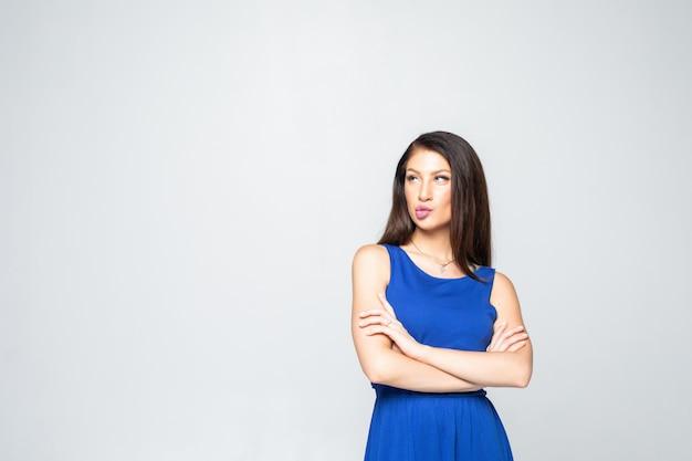 Portret młodej kobiety n stojącej z założonymi rękami