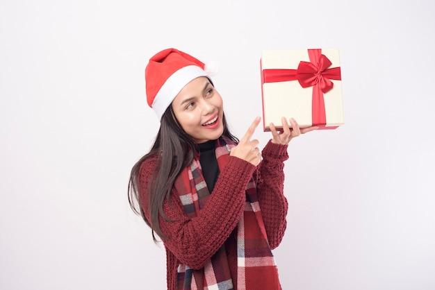 Portret młodej kobiety na sobie czerwony kapelusz santa samodzielnie z szkatułce