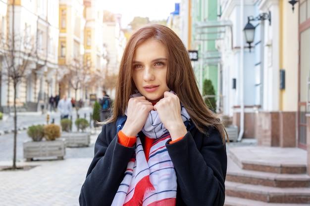 Portret młodej kobiety na starym europejskim mieście