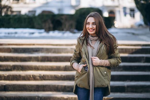 Portret młodej kobiety na ulicy