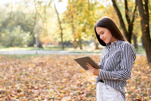Portret młodej kobiety na zewnątrz