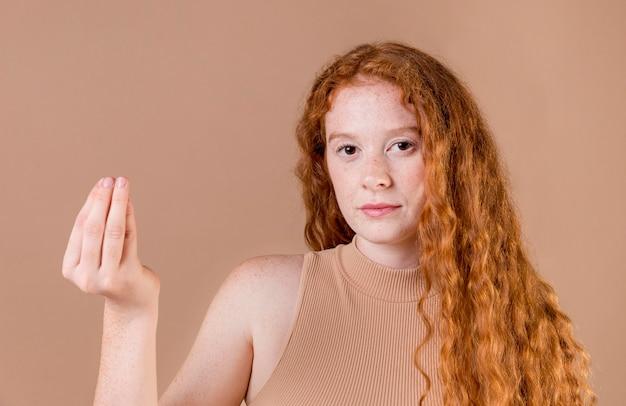 Portret młodej kobiety nauczania języka migowego