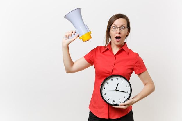 Portret młodej kobiety nauczyciel biznesu w czerwonej koszuli gospodarstwa okrągły zegar, krzyczeć w megafon, ogłasza sprzedaż rabatów, na białym tle. gorące wiadomości, koncepcja komunikacji… pospieszcie się, chłopaki