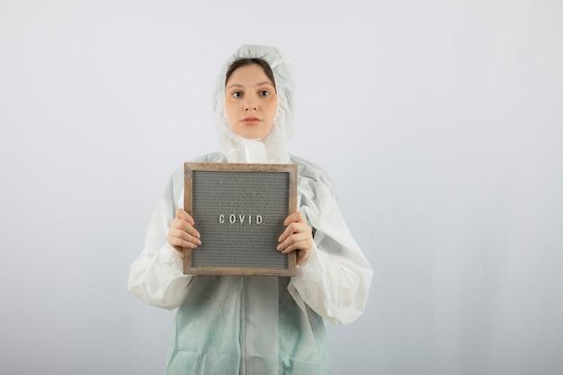 Portret młodej kobiety naukowiec lekarz ubrany w fartuch obronny.
