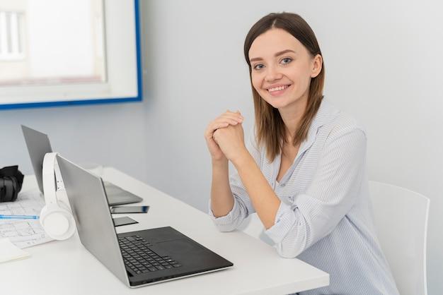 Portret młodej kobiety naukowiec na swoim laptopie