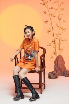 Portret młodej kobiety noszącej typowe chińskie ubrania