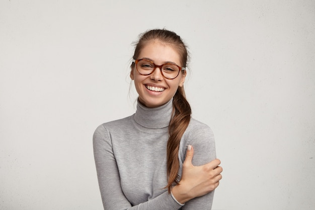 Portret młodej kobiety noszenia okularów