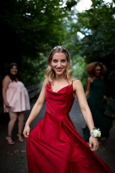 Portret młodej kobiety obok jej przyjaciół na balu
